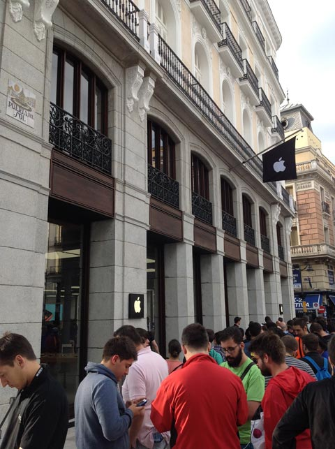 En directo apertura de la apple store de puerta del sol for Puerta del sol hoy