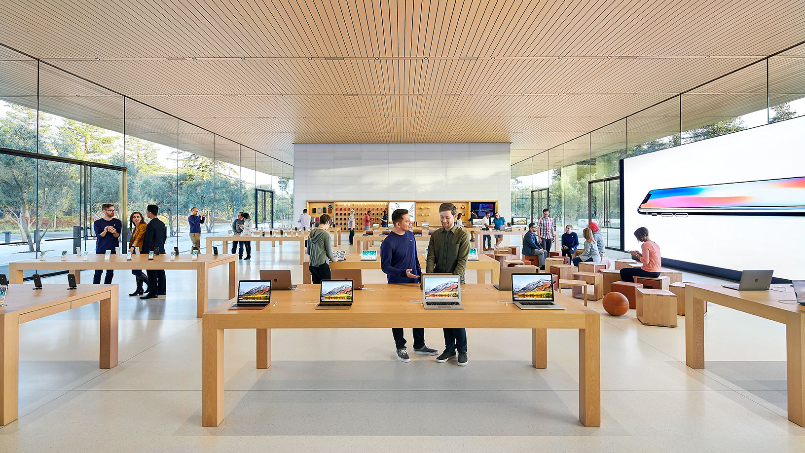 Tienda dentro del Visitor Center del Apple Park