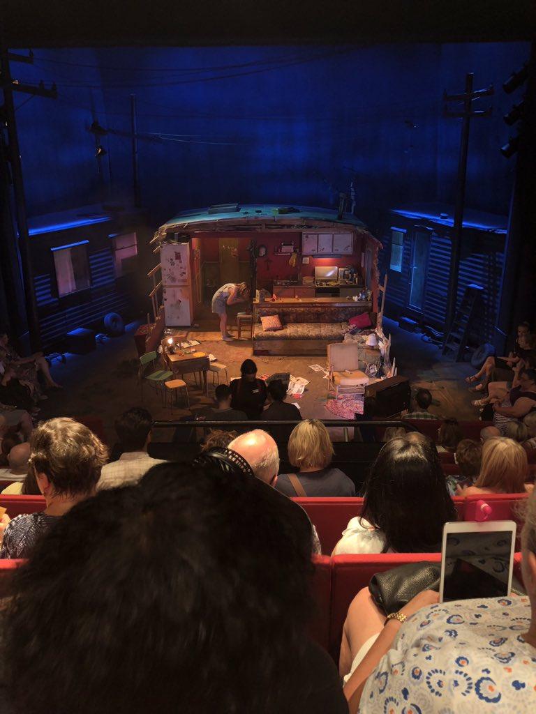 Señora con un iPad en el teatro
