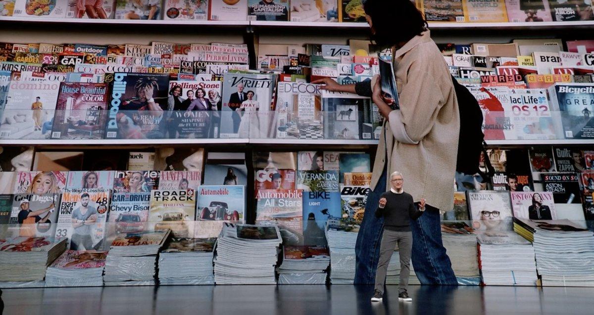 Tim Cook delante de muchas revistas