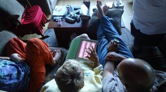 Abuela utilizando un iPad, de Meg Stewart.