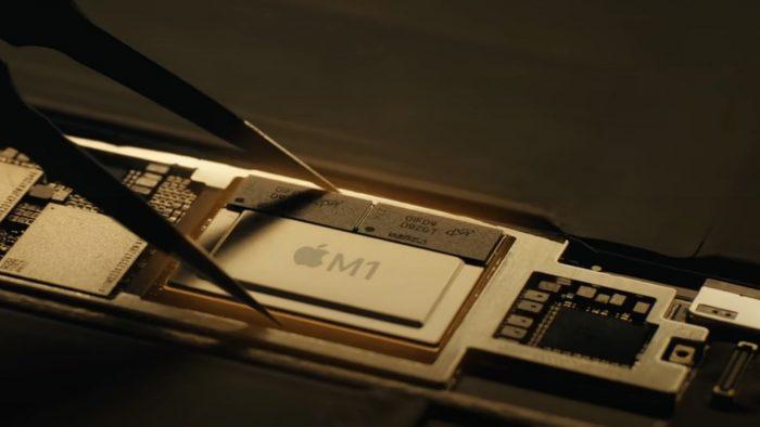 Tim Cook colocando un M1 en un iPad Pro